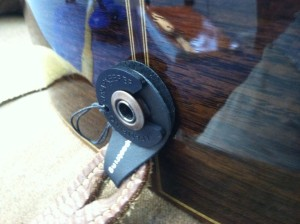 Acoustic guitar strap lock1